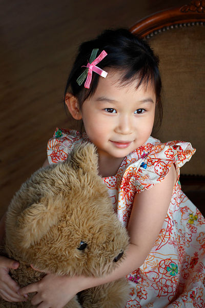 Little_girl_portrait_with_teddy_bear