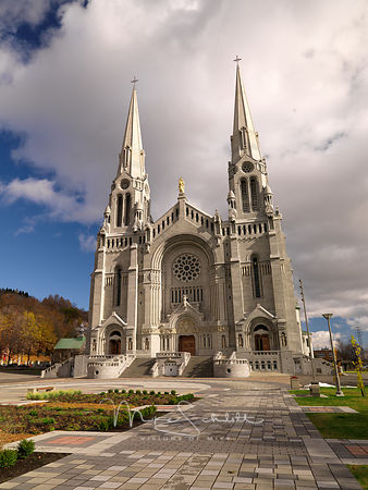 Quebec_Sainte-Anne-de-Beaupre_Basilica_Front_side_view_0193