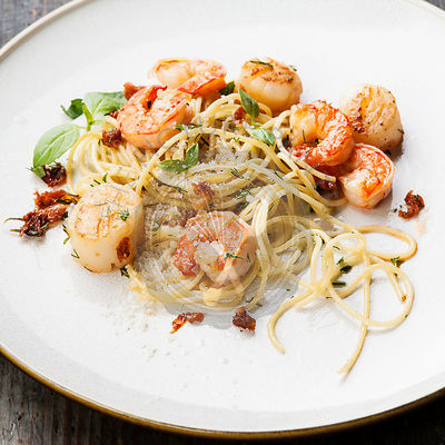 Spaghetti with prawns, sea scallops and parmesan