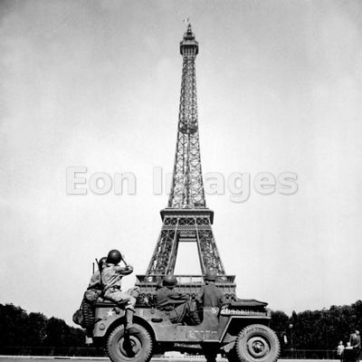 US soldiers in front of Eiffel Tower