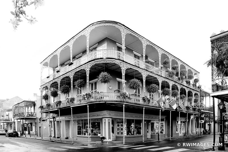 BUILDING WITH BALCONY FRENCH QUARTER ARCHITECTURE NEW ORLEANS BLACK AND WHITE