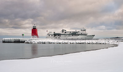 Charlevoix_lighthouse_Frozen_nik_sky_crop_boat_0109