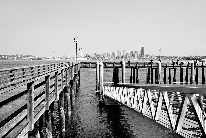 SEATTLE SKYLINE BLACK AND WHITE