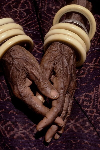10234.15 Old woman's hands