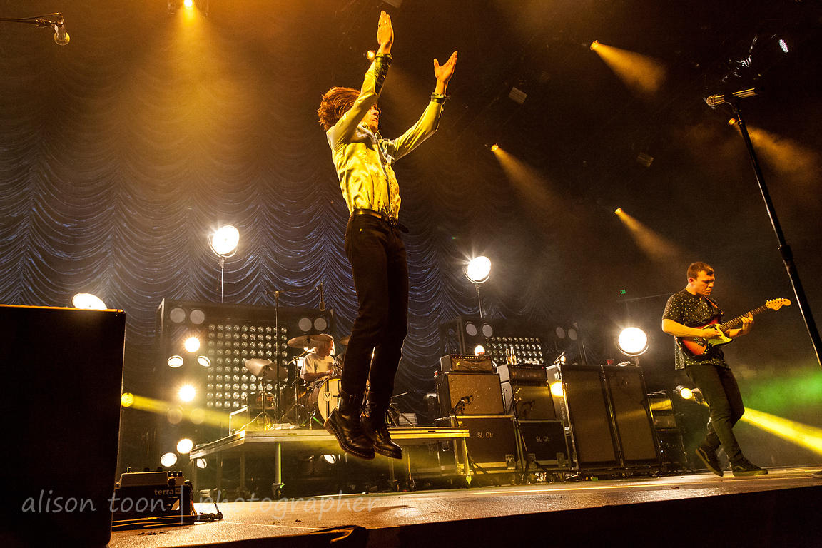 Matt Shultz jumping, Cage The Elephant