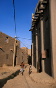 Alley of traditional Moroccan style mud houses, Djenné, Mali