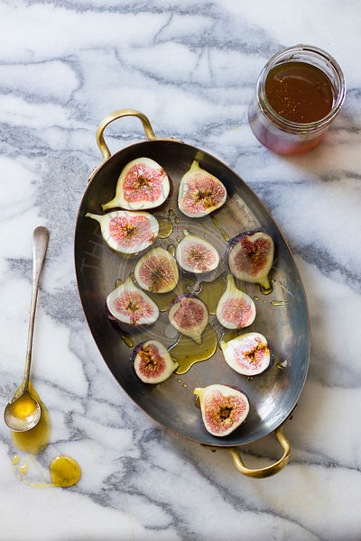 Figs in honey on a baking tray