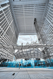 la_defense_structure_arche_plexi_bleu_femme_splash_voile_bnwJPEG_Qualité_maximum