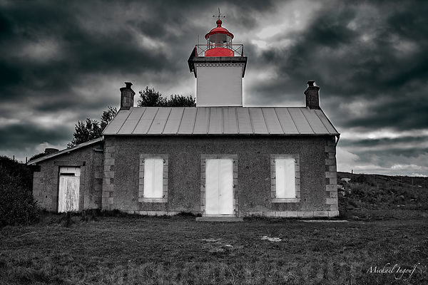 18-08-31_normandie_pointe_agon_BNW_nuage_phare_splash_rouge_JPEG_Qualité_maximum
