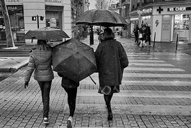 07-02-18_colombes_neige_flocon_trio_parapluie_fille_passage_pieton_BNW_JPEG_Qualité_maximum