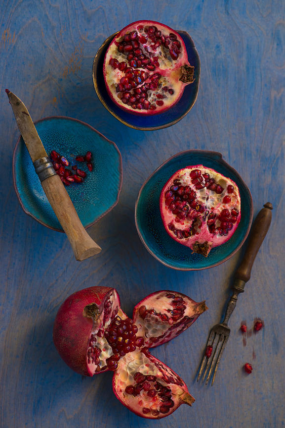 ACutting_pomegranates_blue_2954