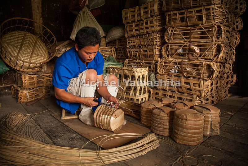 Packing puer tea for shipment in Menghai - seven tea cakes are fitted into Bamboo-Shoot husk wrappers. Horses and mules once ...