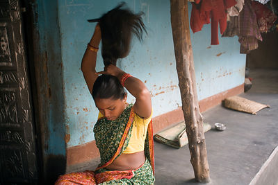 India - Orissa - A tribal woman combs her hair