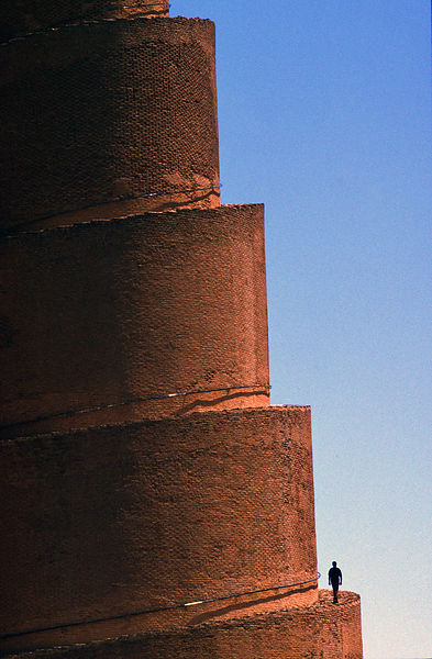 Iraq - Samarra - A man climbs the minaret of the Al-Mutawakkil mosque