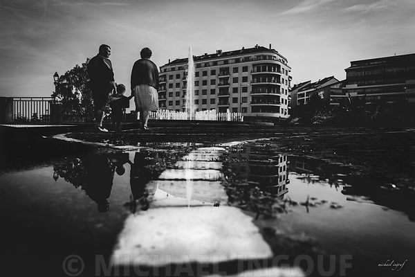 thonon_lac_leman_puddle_BNW_couple_enfant_main_pavé