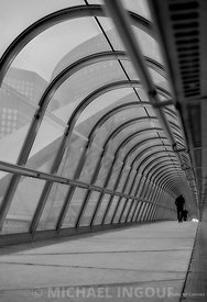 la_defense_tunnel_contreplongee_homme_marchant_perspective_metal_BNW