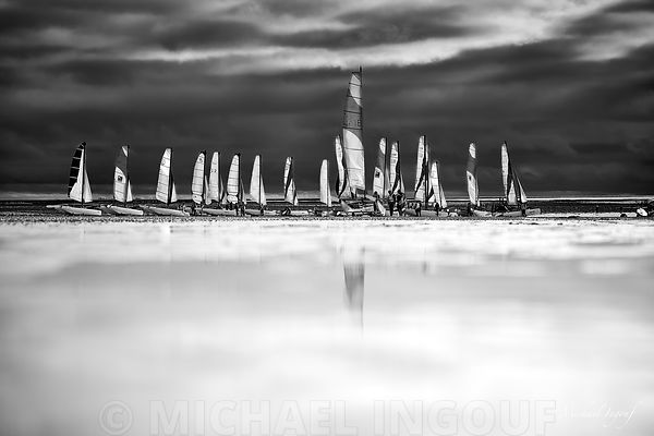18-08-31_normandie_agon_plage_nuage_bateau_optimiste_bnw_JPEG_Qualité_maximum