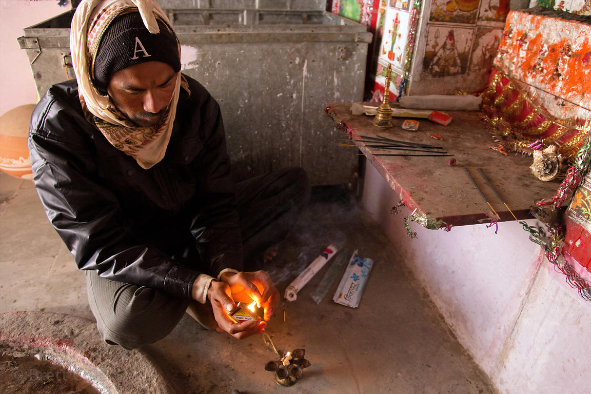 Pujari performing morning prayers, Majhewla, Rajasthan, India
