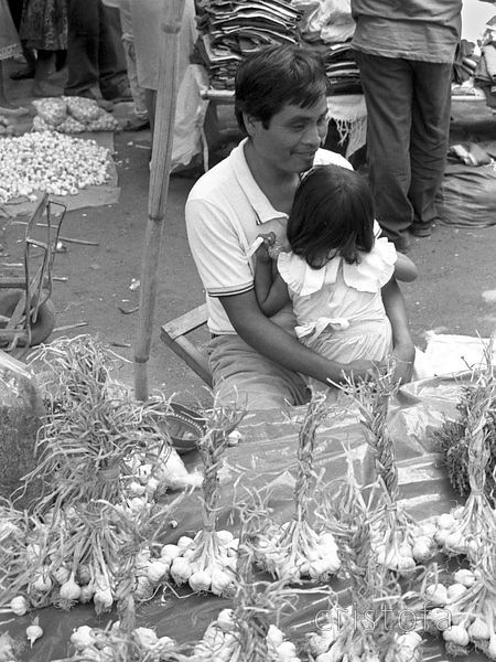Garlic seller in the Merida market