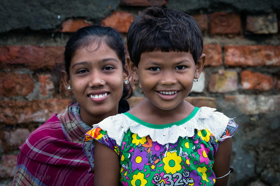 Sisters living at the Dhapa dumping ground, the main landfill for Kolkata's 13 million people, Dhapa, Kolkata, India. Dhapa i...
