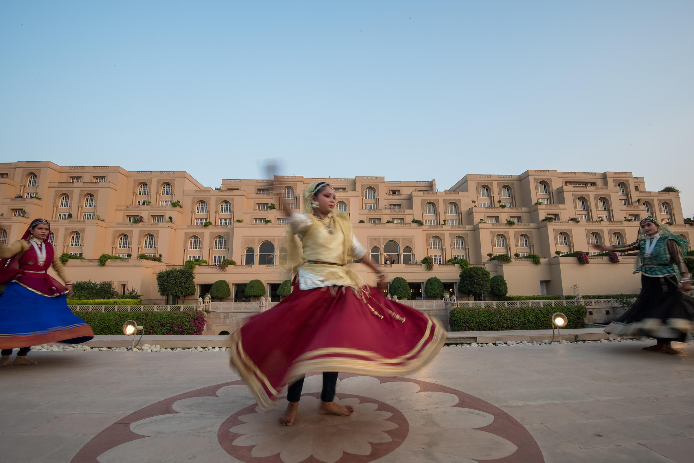 Folk_Dance_at_Pool_Deck_-_The_Oberoi_Amarvilas_Agra_(1)_v1_current