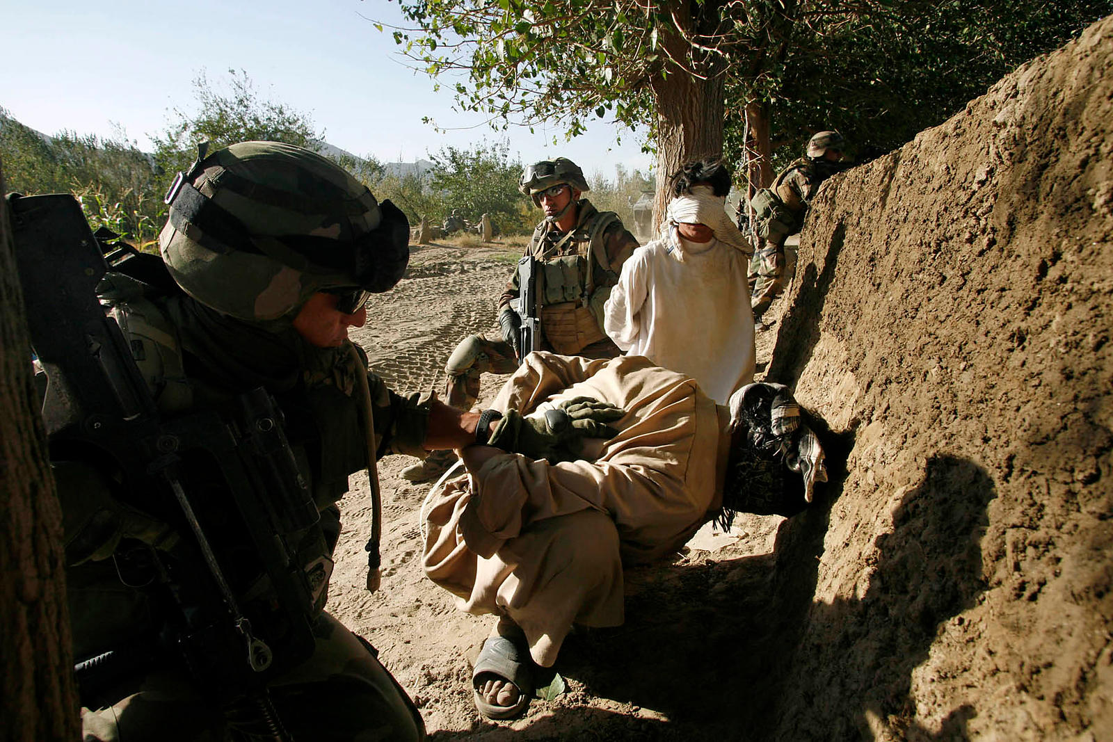 2008. 2008 Kapisa. Patrol in the village of Sediqkhel, Alasay valley with the 8th RPIMA. Two suspects have just been arrested by soldiers of the 8th RPIMA. They carried a Kalashnikov and supplied army and the pro-Taliban propaganda.