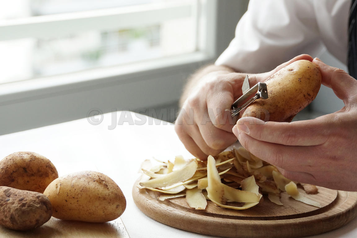 Peeling and preparing potatoes at home