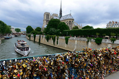 Paris bridges prisoner of the Love locks