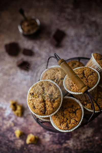 Soft and gluten-free mini cakes with oatmeal and rice flour, enriched with gianduja chunks and sprinkled with sugar crystals