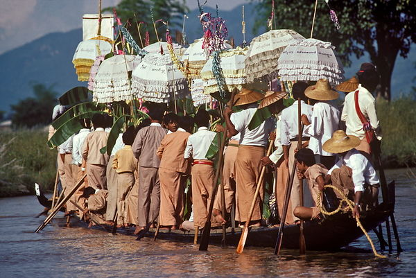 Leg-rowers at Lake Inle