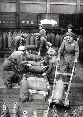 British women stencil artillery shells during WWI
