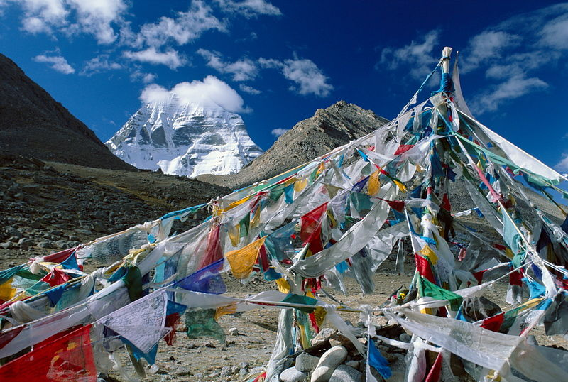 Chorten and flagpole below Kailash