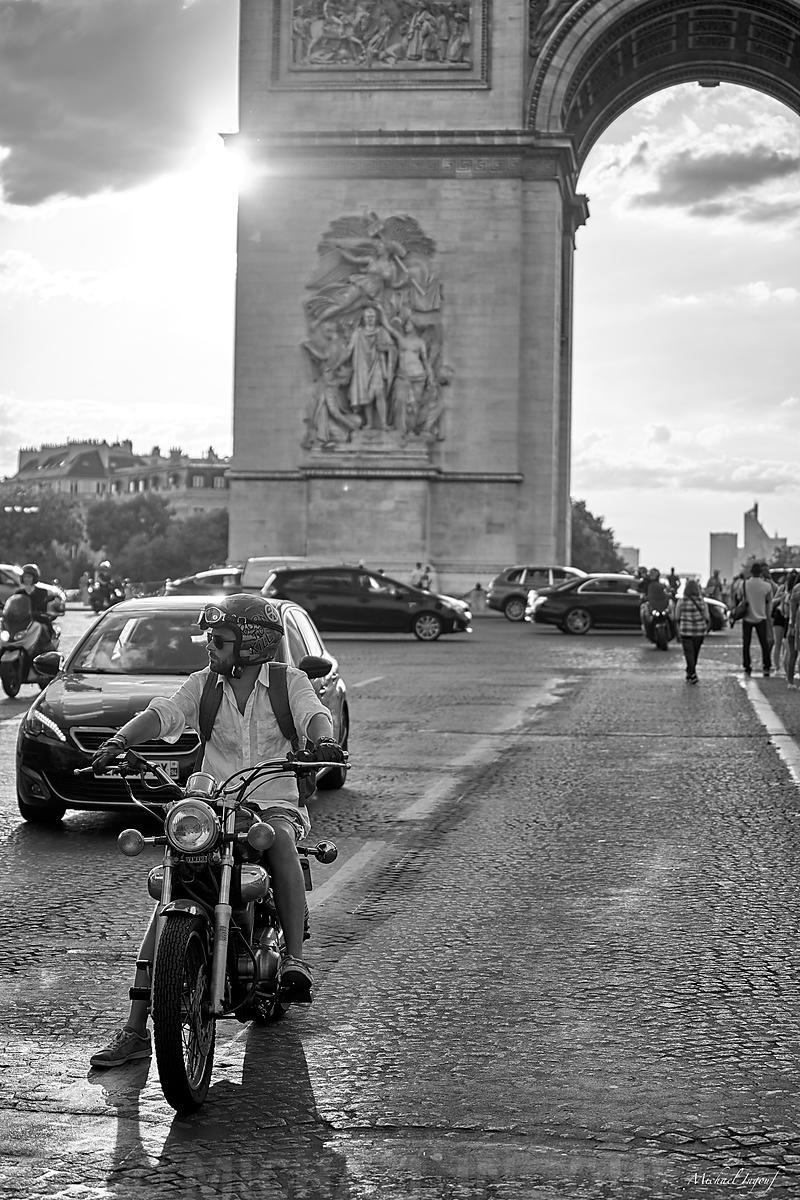 18-08-05_paris_henge_sunset_arc_triomphe_moto_casque_peace_bnw_JPEG_Qualité_maximum