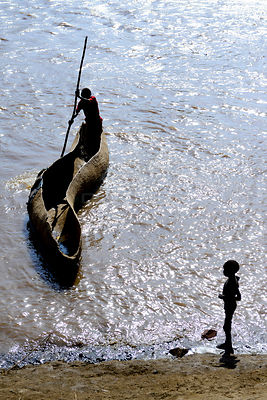 Wooden canoe crossing the Omo River, viewed from above. Territory of the Dassanech tribe. Lower Omo Valley. Ethiopia, Novembe...