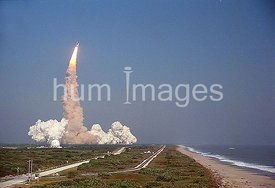 An oceanside view of the STS-29 Discovery launch from Pad 39B.