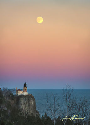 Moonrise_over_Split_Rock_Lighthouse