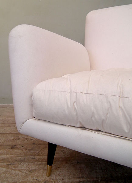 white_armchair_cushioned_detail2