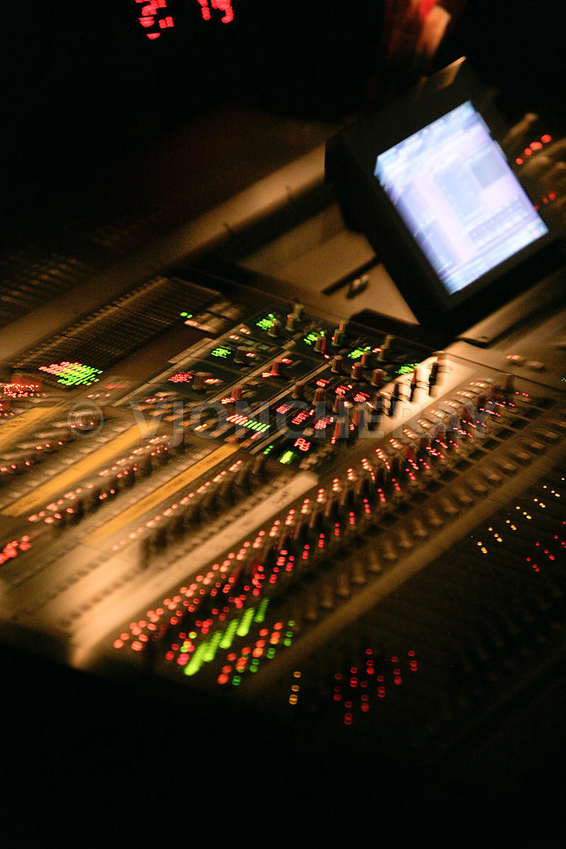 Photo d'une table de mixage sonorisation d'un spectacle