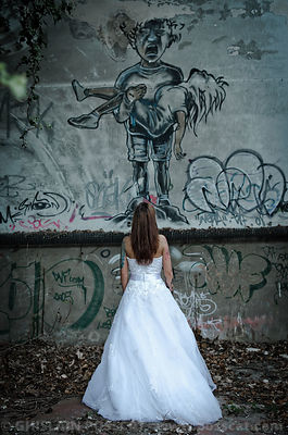 Femme robe de mariée urbex-trash the dress