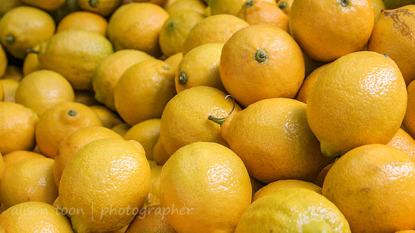 A pile of yellow lemons