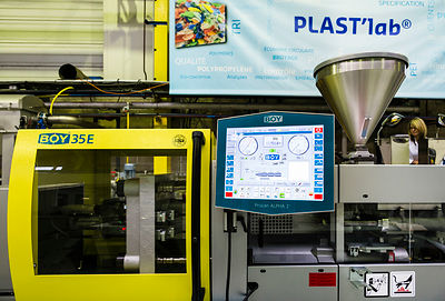 Presse d'injection plastique.