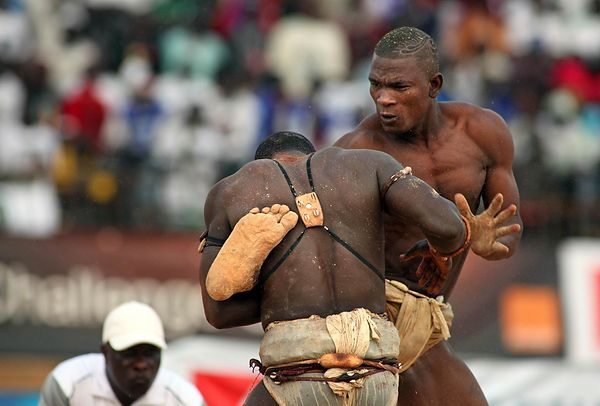 Combat between Alpha Keïté (front, stable Guinaw Rail) and Amul Brake (stable Lansar) at Demba Diop Stadium in Dakar.