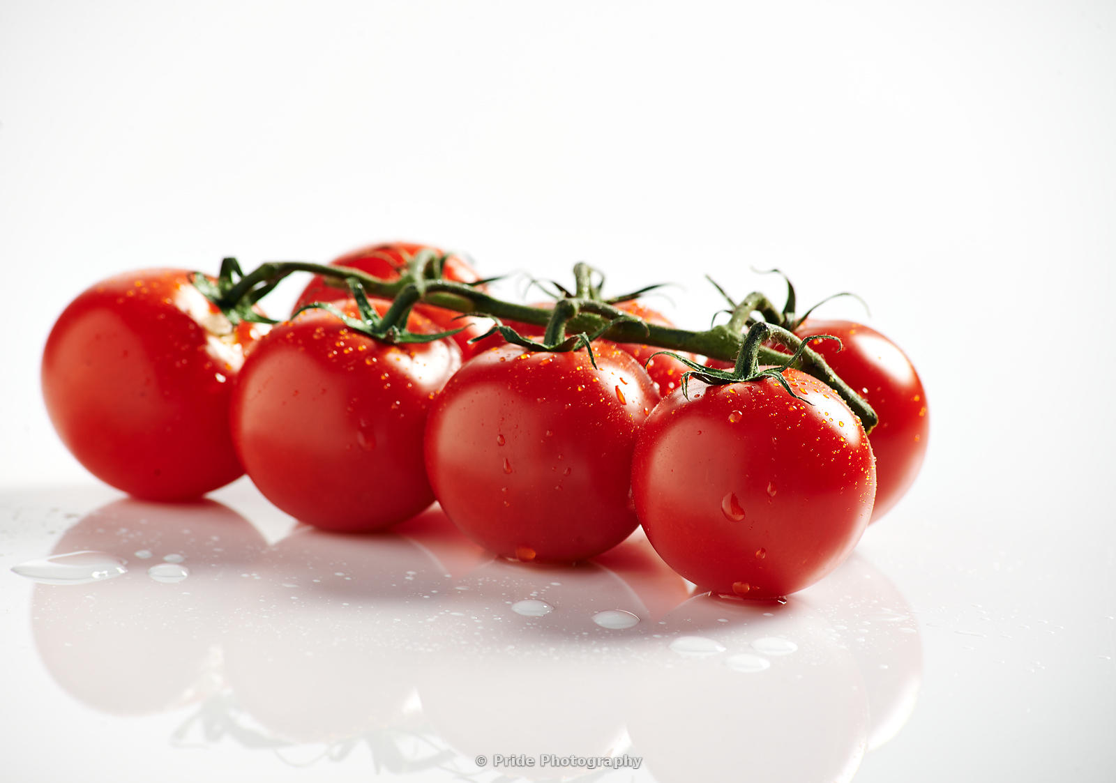 Tomatoes_on_the_vine_wet