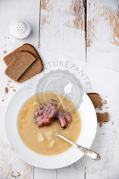 Pea soup with bread and smoked ribs
