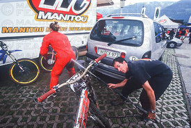 LEIGH DONOVAN RECEIVES  TECHNICAL ASISTANCE FROM STICKMAN AT KAPRUN, AUSTRIA. DIESEL DOWNHILL WORLD CUP 1999