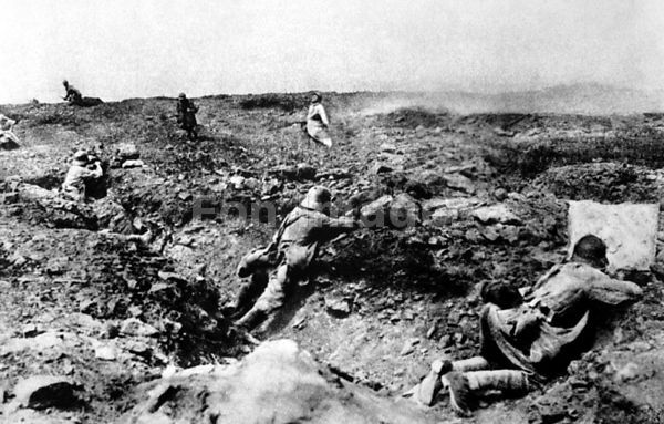 French soldiers assault German position near Champagne