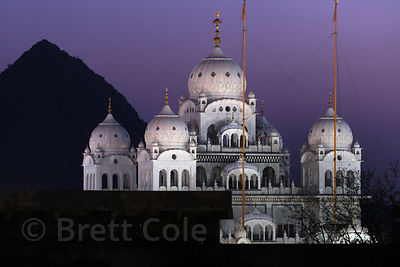 Night view of Gurudwara Singh Sabha Sikh temple, Pushkar, Rajasthan, India. In the distant left is the mountaintop Savitiri t...