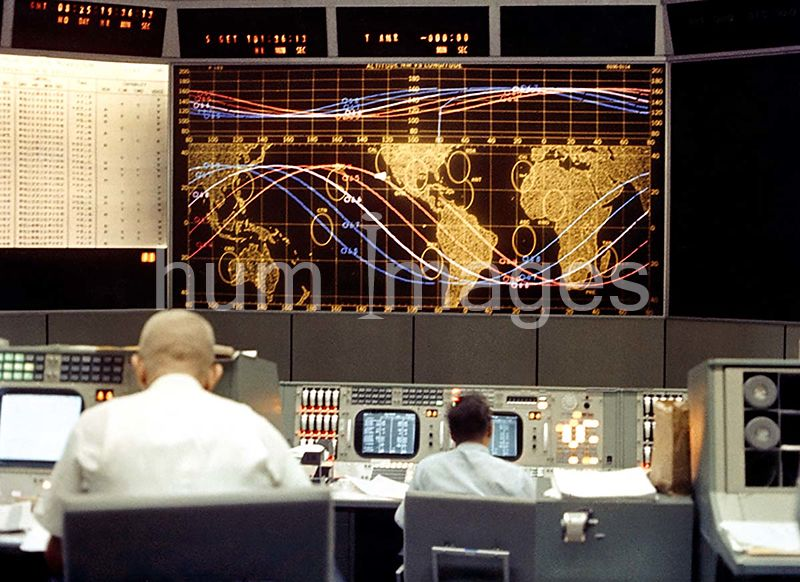 (21-29 Aug. 1965) --- View of the tracking screen at the front of the Mission Control Center during the Gemini-5 spaceflight
