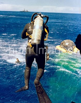 (29 Aug. 1965) --- Navy divers exit their helicopter to recover the Gemini-5 spacecraft and astronauts