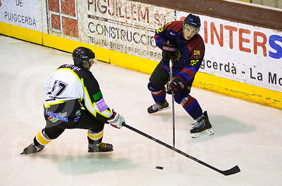 Oriol Boronat (FCB) tries to assist with the opposition of Ramon Morer (CGP) during a Spanish Ice Hockey Super League (Superl...